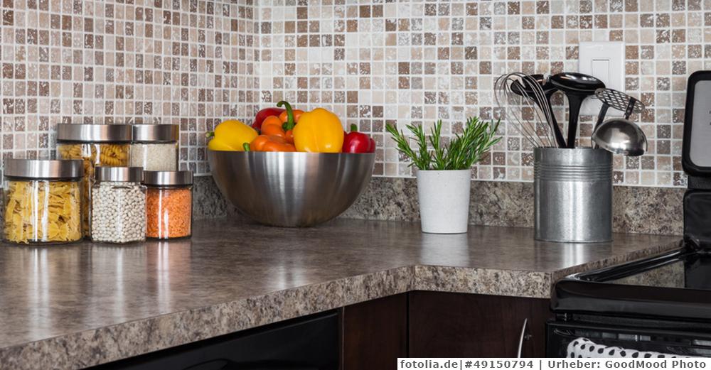 Arbeitsplatte in der Küche reinigen