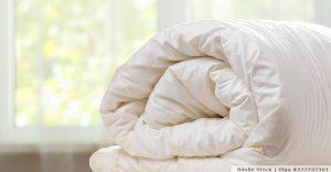 So kann man Bettdecke und Kopfkissen waschen